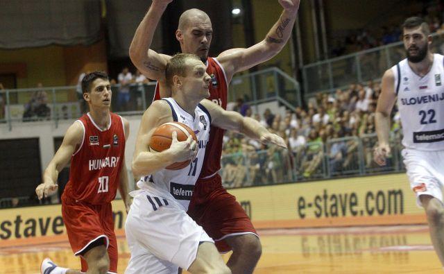Jaka Blažič (z žogo) bo nosil veliko breme v Sombotelu. Desno Žiga Dimec. FOTO: Mavric Pivk