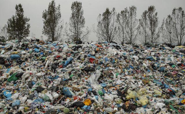 Kupi plastičnih odpadkov na deponiji Barje. Foto Uroš Hočevar