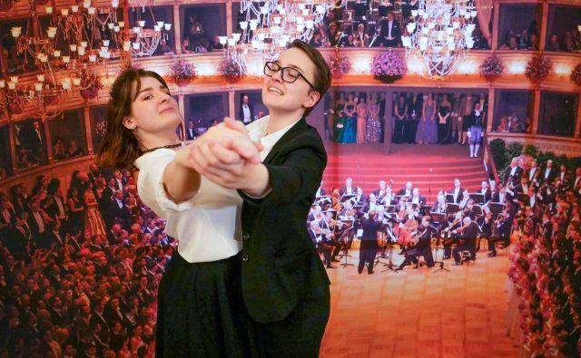 Debitantski par, ki bo nocoj zamajal tradicijo slovitega opernega plesa:Sophie Grau in Iris Klopfer. FOTO: Joe Klamar/AFP