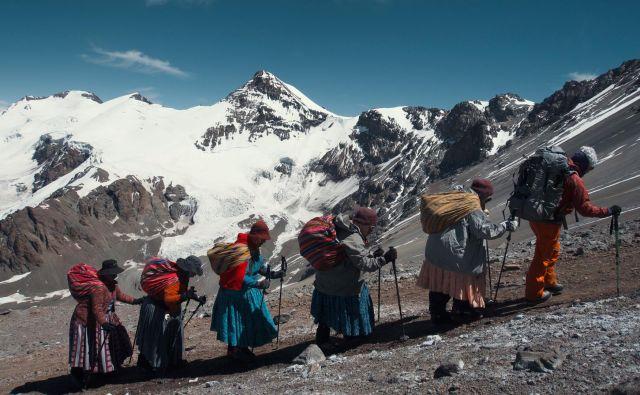 Čolite so Bolivijke, ki so se iz gospodinj prelevile v alpinistke. Foto Arhiv filma