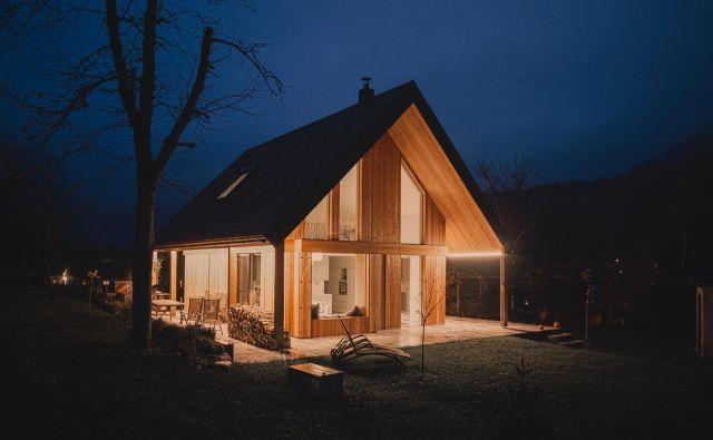 Arhitekturna podoba in interier vikenda, ki se nahaja v vasi Kuželj v Kolpski dolini, se prepletata in dopolnjujeta. FOTO: Nik Grmovšek