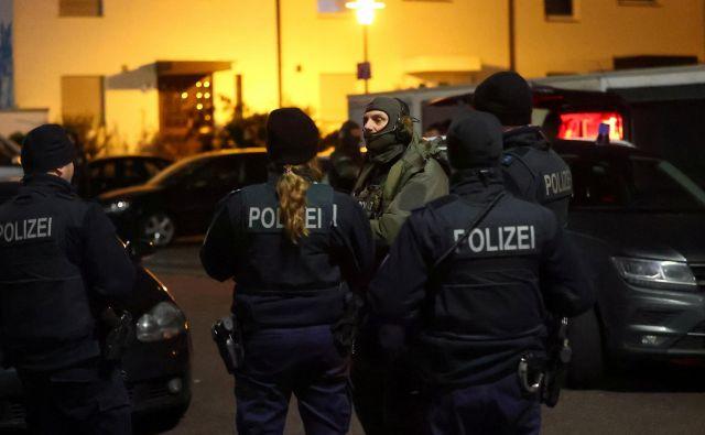 Policija preiskuje okoliščine streljanja v mestu Hanau, blizu Frankfurta. FOTO: Kai Pfaffenbach/Reuters