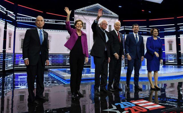 Demokratski predsedniški kandidati med televizijskim soočenjem v Las Vegasu. Foto: Ethan Miller/Afp
