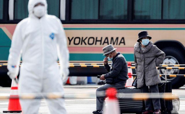 Potniki čakajo na prevoz, potem ko so smeli zapustiti ladjo. FOTO:Kim Kyung-Hoon/Reuters
