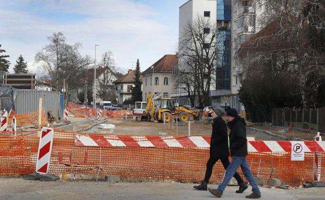 Dela na odseku med Smoletovo in Livarsko bodo končana konec meseca, marca se začnejo gradbeni posegi do Kurilniške. Fotografiji Leon Vidic