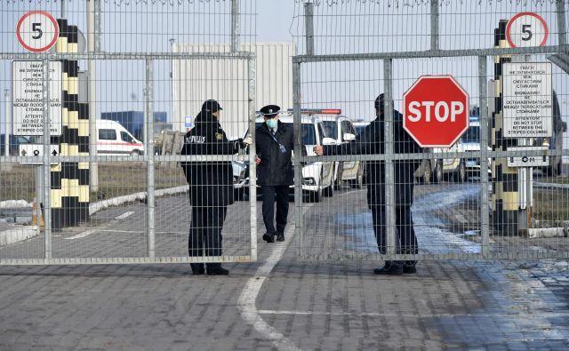 Italijansko letalo bo v Evropo prepeljalo državljane EU iz kitajske province Wuhan. FOTO: AFP