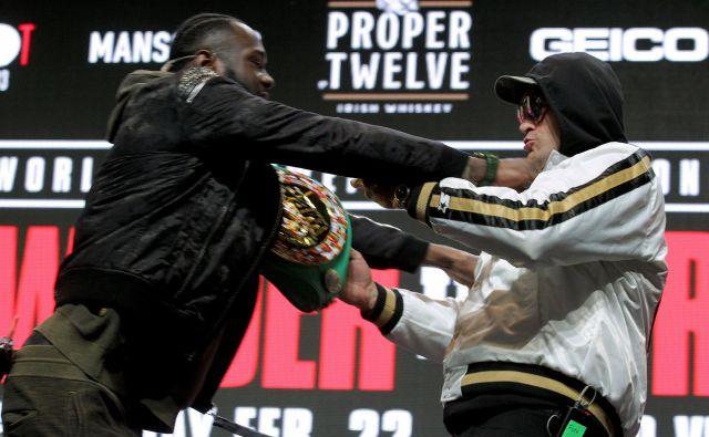 Deontay Wilder (levo) in Tyson Fury sta si skočila v lase že na javnem soočenju pred dvobojem. FOTO: AFP