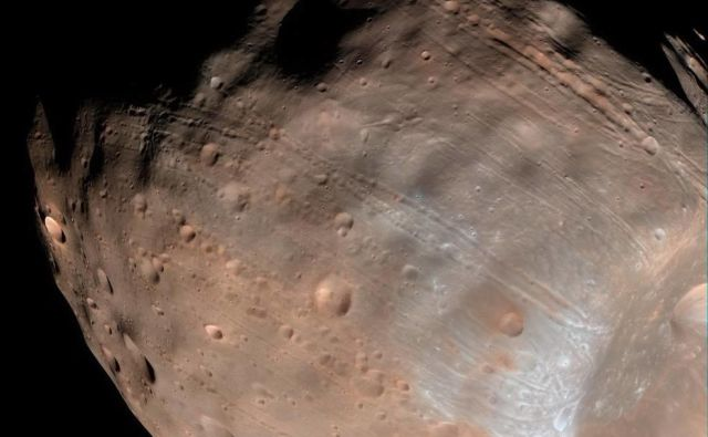 Fobos ima povprečni premer 22 km. FOTO: NASA/JPL-Caltech/University of Arizona