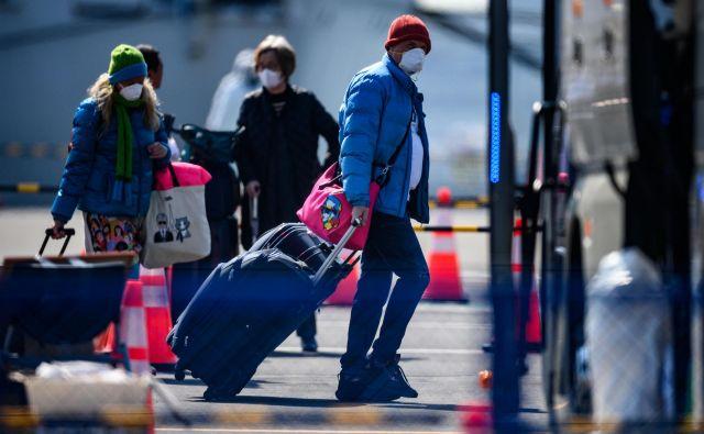 Na stotine ljudi je lahko zapustilo ladjo, med njimi tudi evropski potniki, ki bodo že danes odpotovali v Evropo.<br /> FOTO: Philip Fong/AFP