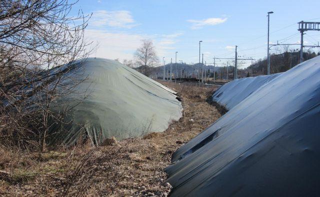 Pod ponjavami so večinoma nevarni odpadki. FOTO: Špela Kuralt/Delo