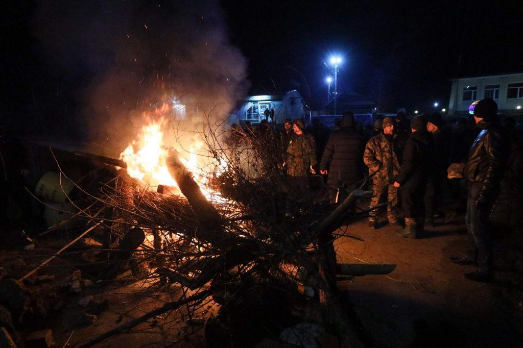 Množica protestnikov napadla avtobuse z evakuiranci iz Wuhana