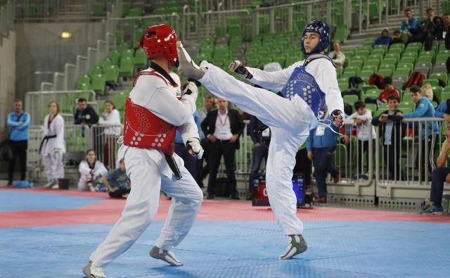 V kategoriji do 87 kilogramov je Vrhničan Patrik Divković (v modrem) ponovil lansko zmago. FOTO: Leon Vidic