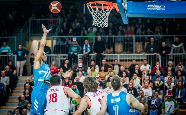Jordan Morgan (levo) je bil med najzaslužnejšimi za zmago slovenske reprezentance nad Avstrijo. FOTO: FIBA