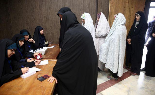 Kljub temu da so ženske najbolj izobražen segment iranske družbe, jih je bilo v 290-članski parlament izvoljenih le 17. FOTO: Wana/Reuters