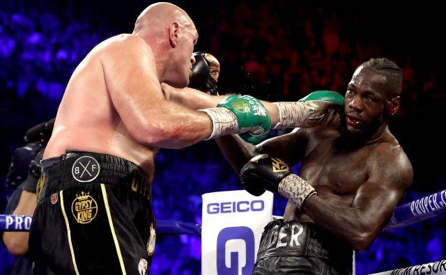 Tyson Fury (levo) je v povratnem dvoboju presenetil Deontayja Wilderja z agresivnostjo. FOTO: AFP