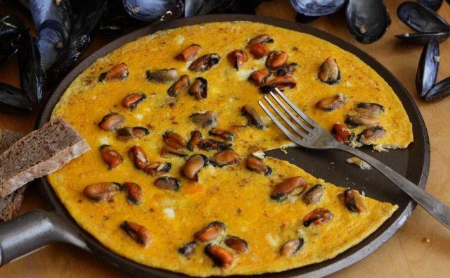 Ko se omleta v ponvi spodaj lepo zapeče, jo prestavimo za štiri minute še v pečico, da še povrhnjica zakrkne in se zlato rumeno obarva. Foto: Arhiv Polet