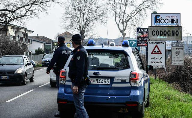 Policisti nadzorujejo vstop v številna italijanska naselja. FOTO: AFP