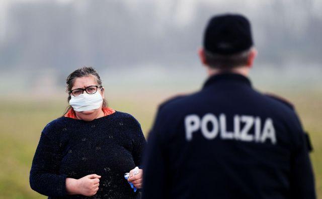Policisti nadzorujejo vstop v številna italijanska naselja. FOTO: Miguel Medina/AFP