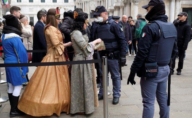 V severni Italiji vladajo izredne razmere. Beneški karneval so predčasno prekinili, odpovedali so tudi druge prireditve in športne dogodke. FOTO: Reuters