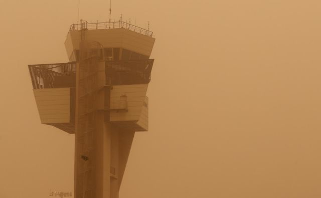 Letalske družbe so morale zaradi vremenskih razmer odpovedati na stotine letov. FOTO: Borja Suarez/Reuters