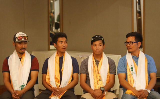 Ekipa štirih šerp, ki bodo poskušali v rekordnem času osvojiti zimski Everest. FOTO: Navesh Chitrakar/Reuters