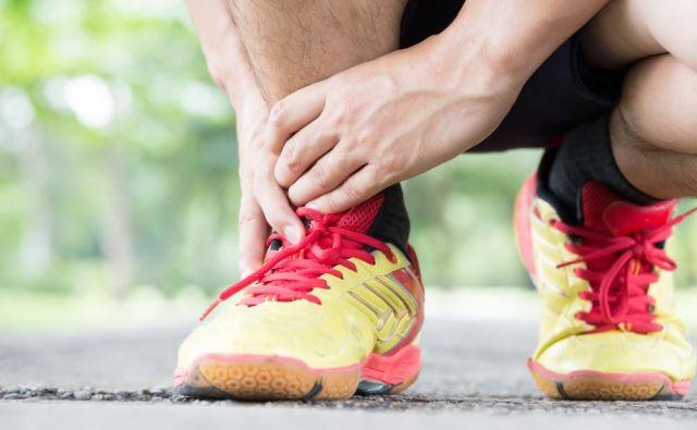 Razteg ahilove tetive in troglave mečne mišice naredimo z dvema vajama: s pokrčenim in iztegnjenim kolenom.Foto: Shutterstock