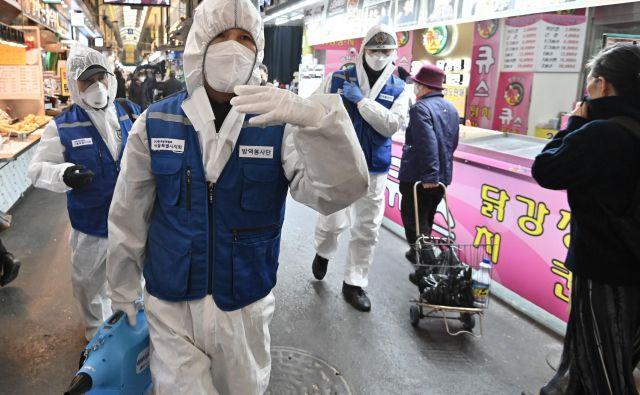 V Južni Koreji je zaradi koronavirusa zbolelo več kot 830 ljudi. FOTO: AFP