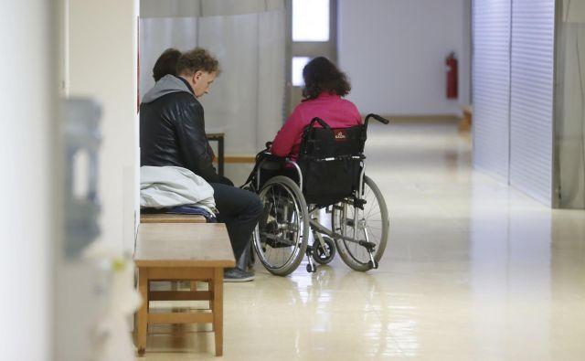 Življenjski stroški invalidov so praviloma višji, saj imajo zaradi svoje invalidnosti tudi dodatne stroške. FOTO: Leon Vidic