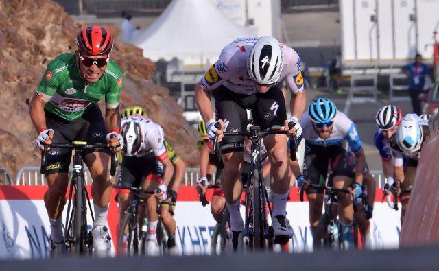 Caleb Ewan (levo) je dobil današnjo etapo na dirki po Združenih arabskih emiratih. FOTO: AFP