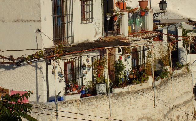 Številne hiše obiskovalcem ponujajo romantičen pogled na Alhambro in Granado. FOTO: Miomira Šegina
