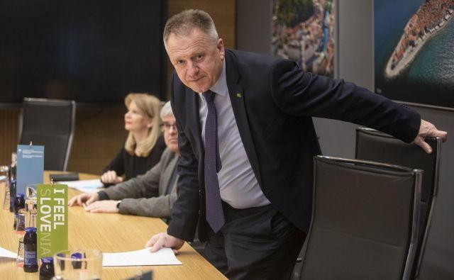 Več bo jasno danes, ko bo na sporedu tudi svet stranke, skopo odgovarjajo v SMC, na katero se stopnjujejo pritiski. Poklical naj bi ga tudi Milan Kučan. FOTO: Voranc Vogel