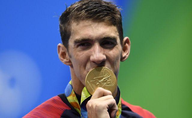 Michael Phelps z eno od osvojenih zlatih kolajn na olimpijskih igrah v Riu. Pozneje je priznal, da se je boril z depresijo. FOTO: Gabriel Bouys/AFP