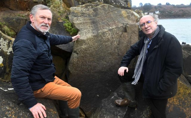 Noel Rene Toudic (desno) je eden od uspešnih razreševalcev skrivnostnega napisa. FOTO: Fred Tanneau/AFP