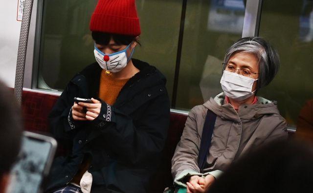 Izven Kitajske je medtem v preostalem delu sveta doslej znanih prek 2300 okužb z novim virusom. FOTO: Charly Triballeau/Afp