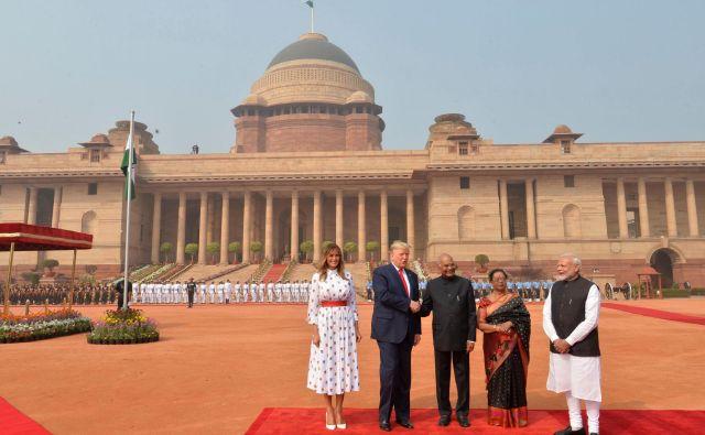 Predsednik Trump in prva dama Melania z indijskimi gostitelji. FOTO: AFP