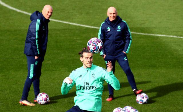 Zinedine Zidane (levo) in njegov pomočnik David Bettoni sta takole opazovala zadnji trening Garetha Bala. FOTO: Reuters