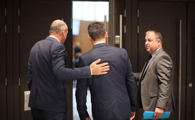 Janez Janša, najverjetnejši novi predsednik vlade, pred medije včeraj ni stopil, Marjan Šarec, predsednik vlade v odhodu, pa je napovedal, da morebitni dogovor o novi vladi ne pomeni kakšnega velikega presenečenja. FOTO: Jure Eržen