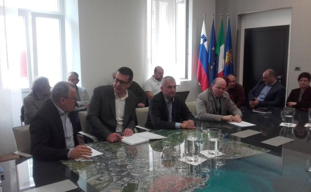 Istrski župani so se danes popoldan sestali s predstavniki zdravstvenih ustanov in Luke Koper na temo tveganja zaradi koronavirusa. FOTO: Nataša Čepar