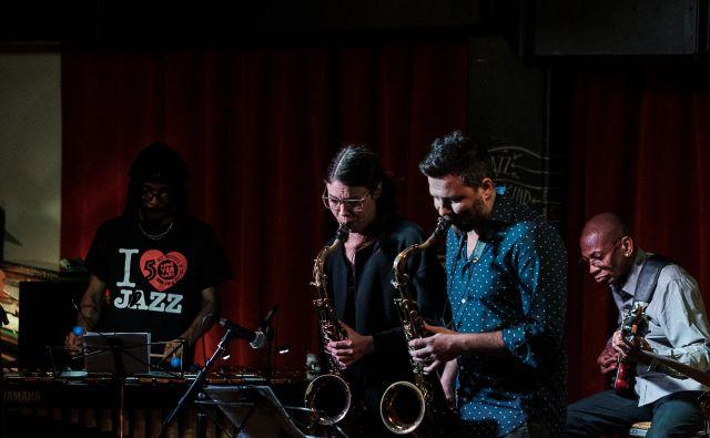 »To, da hodim po svetu in igram glasbo, iz katere zveni zgodovina mojih ljudi, je moja kulturna odgovornost,« je povedal učencem bobnar Nasheet Waits. Foto Claudio Sabolčec