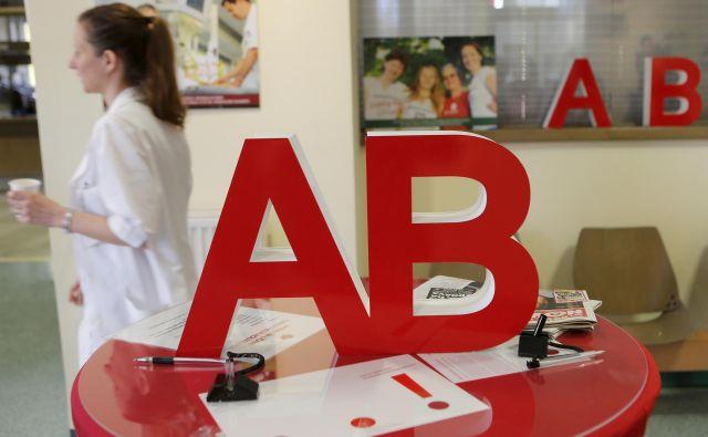 Zaposleni na zavodu za transfuzijsko medicino so v javni prošnji za pomoč zapisali A, vodstvo pravi B. Foto Aleš Černivec