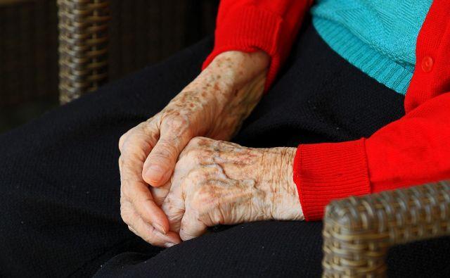 z vidika dolgoročne vzdržnosti pokojninske blagajne bi morala država ob ukrepih socialne zaščite poiskati tudi vire financiranja v srednjeročnem in dolgoročnem obdobju. FOTO: Blaž Samec/Delo