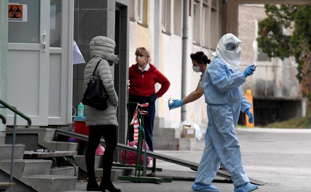 Medicinsko osebje pred infekcijsko kliniko v Zagrebu. FOTO: Denis Lovrovic/AFP