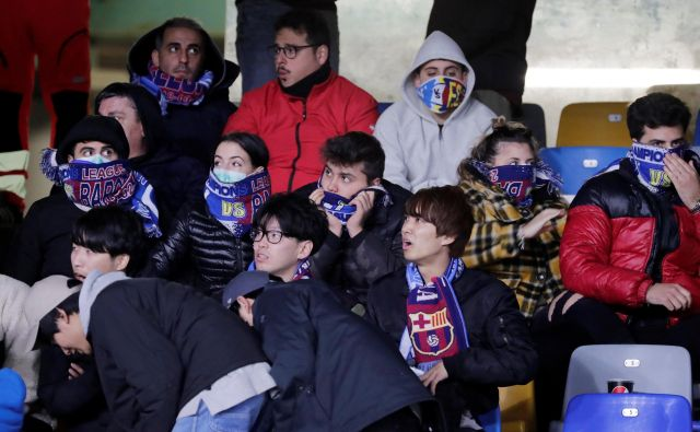 Takole spremljajo v Italiji nogometne tekme, seveda tiste, ki jih še niso odpovedali. Prizor z derbija Napolija in Barcelone. FOTO: Reuters
