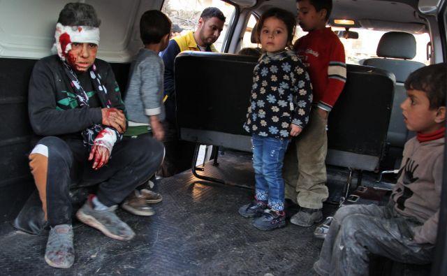 Sirski otroci sedijo v vozilu med evakuacijo po zračnem napadu prorežimskih sil v mestu Maarrat Misrin v sirijski provinci Idlib. FOTO: Abdulaziz Ketaz/Afp<br />