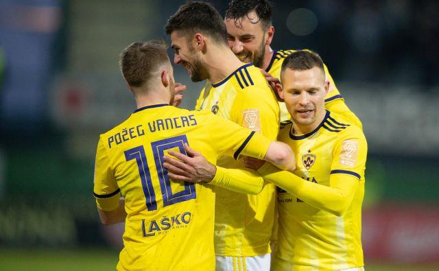 Maribor s strelcem Rokom Kronavetrom (v sredini) je bil prvem polčasu boljši, v drugem so Sobočani oblegali vrata vijoličnih. FOTO: Sobota.info
