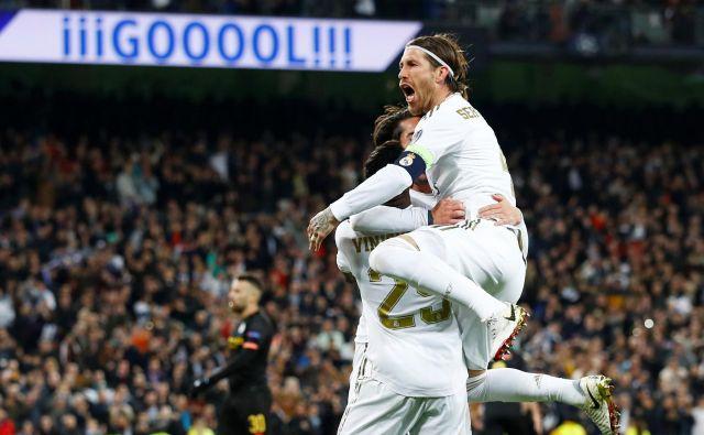 Takole se je strelec Realovega gola Isco veselil s soigralcema Viniciusom Juniorjem in Sergiem Ramosom. FOTO: Reuters