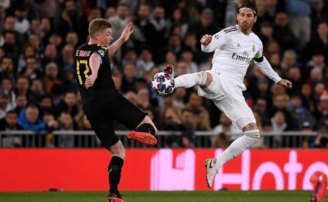 Kevin de Bruyne (levo) je bil med udarnimi aduti Cityja, domači kapetan Sergio Ramos pa si je zaradi grobosti prislužil rdeč karton. FOTO: AFP