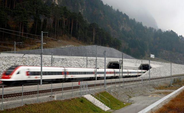 Skozi predor se vsak dan v dvajsetih minutah pelje od 50 do 80 potniških vlakov in kar 220 do 260 tovornih vlakov. FOTO: Arnd Wiegman/Reuters