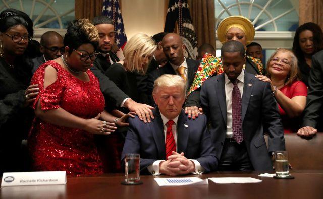 Donald Trump se z novinarji in mediji pogovarja kot drugošolec. In to je vzrok, da demokrati na volitvah 2020 enostavno nimajo nobenih možnosti. FOTO: Leah Millis/Reuters