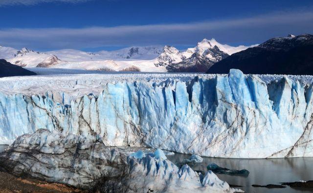 Čelo ledenika je kot brušen diamant, nežno modrino tu in tam prereže rjava žila sedimentov. FOTO: Manca Ogrin